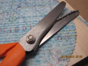 1 Cutting with scalloped scissors