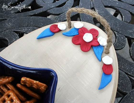 Patriotic clay flowers on a wood tray from Walnut Hollow • AtopSerenityHill.com #tray #picnic #summer